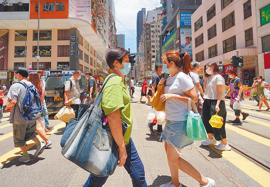 7月30日,香港新增149宗新冠肺炎確診個案,市民紛紛戴口罩出行。(中新社)