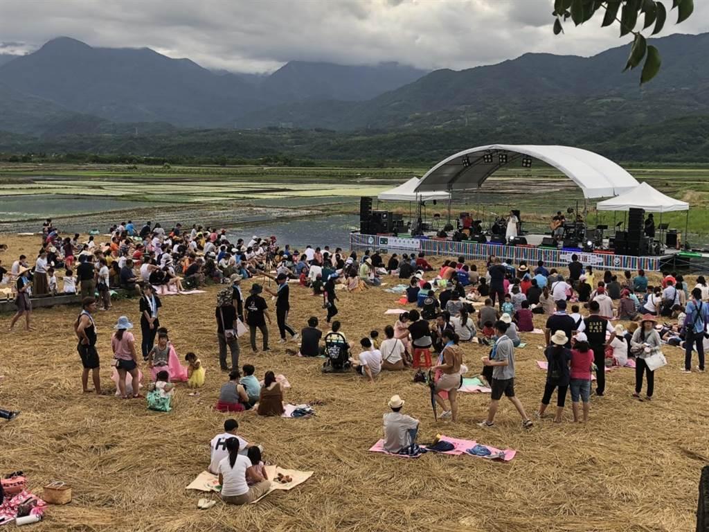 193農青禾音樂埕以穀道遊樂場作為主題,在縱谷山脈間搭台歌唱。(水保局提供/王志偉花蓮傳真)