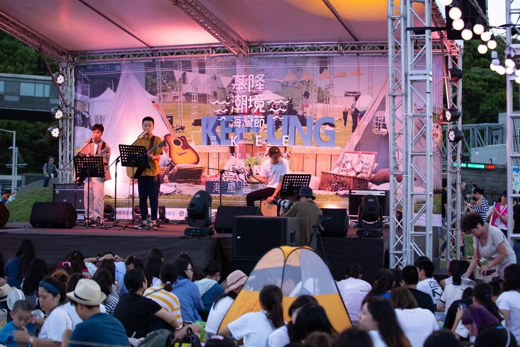基隆海風音樂會祭大咖歌手配無敵海景,吸引上千人湧入打卡。(吳康瑋攝)