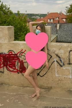 歐洲這國辣模超豪放 只戴口罩公園內拍裸照