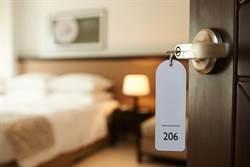 豪氣租飯店房間1年 行為詭異警破門驚見滿屋寶藏