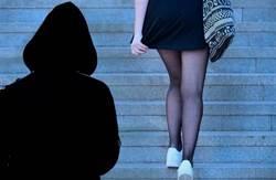 女孩遭跟蹤機智甩變態 曝監視畫面網發毛:像恐怖片