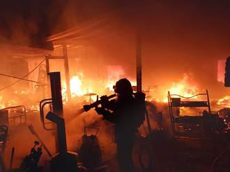 通霄木材鐵皮工廠起火 老翁暗夜上廁所見火光驚喊快逃生