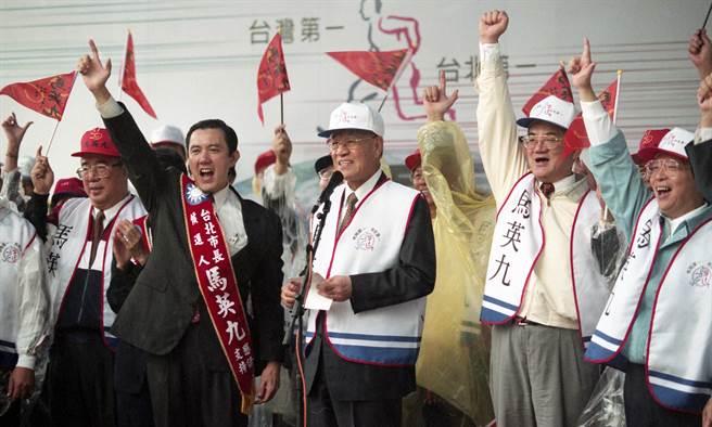 1998年10月25日,李登辉与连战等党政要员均到场为马英九造势打气。(本报系资料照)