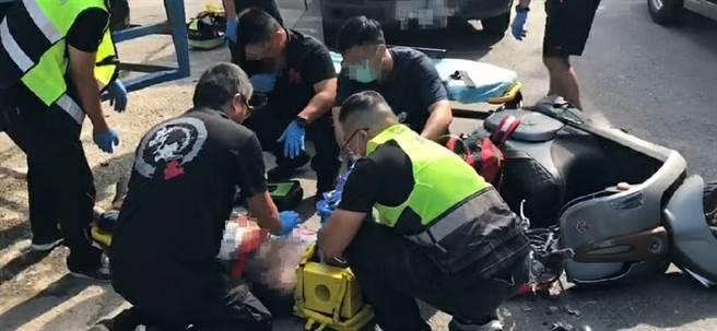 男機車騎士被大貨車撞飛,送醫急救仍不治。(民眾提供/蘇育宣翻攝)
