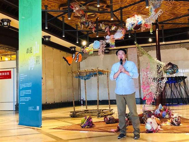 基隆「鸡笼山海环境艺术教育计画」成果展开跑,市长林右昌建议未来可以在海洋广场办室外展,让更多民眾了解环境,提升保护意识。(吴康玮摄)