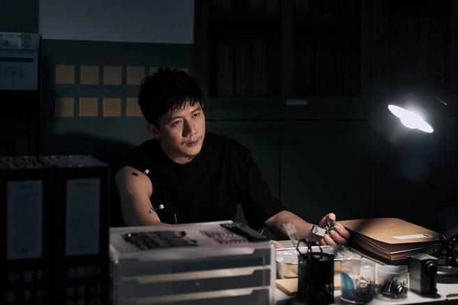 莫子儀在《追兇500天》常自我針灸肩膀舊傷。(七十六号原子提供)