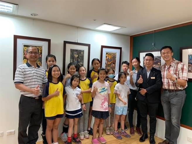 即日起至9月12日,台南大遠百將展出台南後壁區樹人國小版畫展。(李宜杰攝)