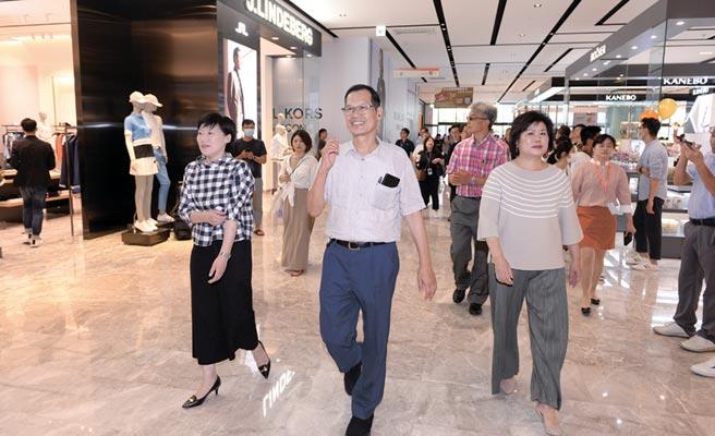新莊宏匯廣場31日開幕試營運,宏匯董事長許崑泰(中)與總經理陳玉寶(右)於賣場巡禮。圖/王德為