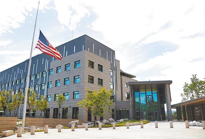 前總統李登輝辭世,美國在台協會(AIT)表示最深切哀悼,並從7月31日起下半旗3天以示悼念。(美國在台協會提供)