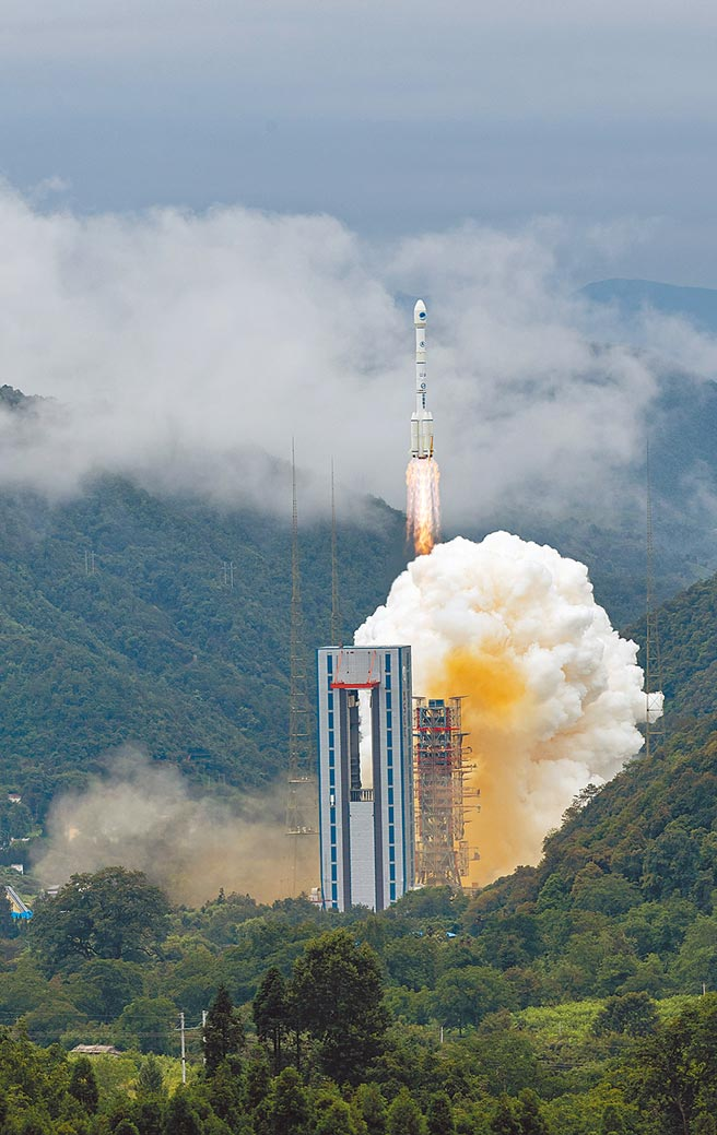 中共總書記習近平7月31日宣布,北斗三號全球衛星導航系統正式開通。圖為6月23日在西昌發射的北斗三號最後一顆組網衛星。(新華社)