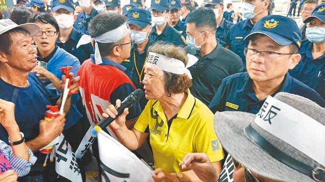 台南市學甲秀昌里長謝金雀(黃衣者)強力反對動保園區在當地設置。(程炳璋攝)