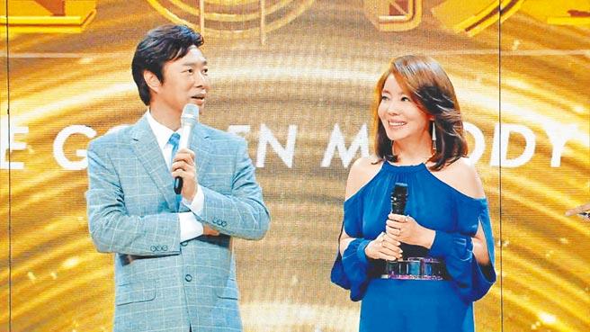 費玉清(左)在《金曲撈》合唱辛曉琪。(中天娛樂台提供)