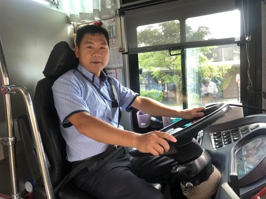 國光客運金山站長蔡耀堂,10年來從駕駛、站務員到成為當地人站長,為國光公司少有紀錄。(許家寧攝)