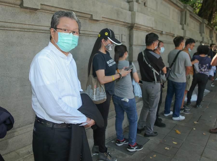 杨烈戴口罩排队进入台北宾馆悼念前总统李登辉。(粘耿豪摄)