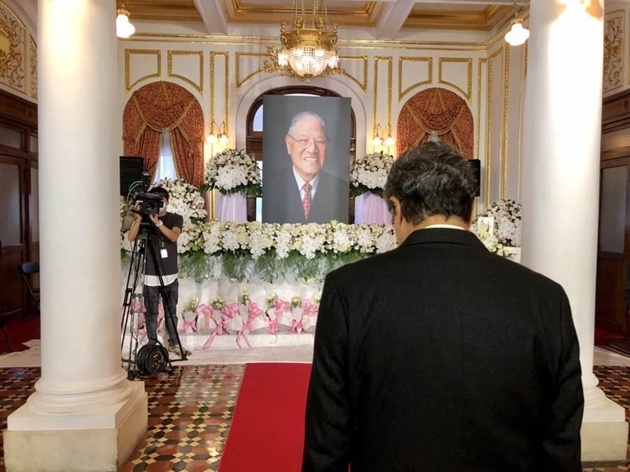 杨烈对于前总统李登辉逝世相当不捨,1日率先前往台北宾馆弔念。。(图/马克吐温国际影像提供)