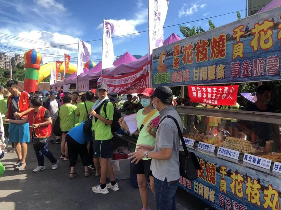 用腳旺台灣健行活動,滿滿人潮與攤商,宛如如夏日嘉年華。(許家寧攝)