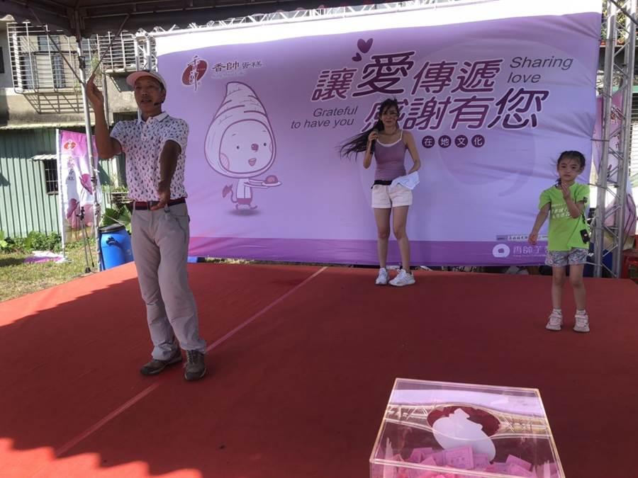 香帥蛋糕董事長王志德(左)帶領大家做健康操,為健行活動暖身。(許家寧攝)