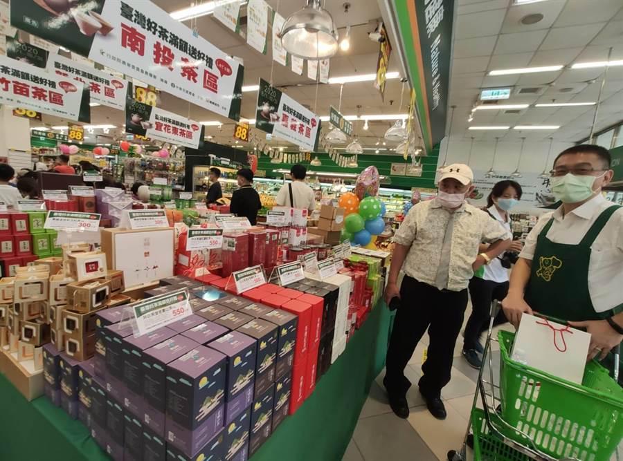 農糧署與楓康超市攜手合作,引進全台5大茶區的知名好茶,1日起至10月31日於楓康47個門市內販售,消費者詢問度高,頗受青睞。(張妍溱攝)