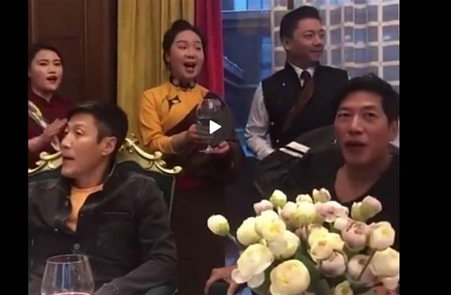 除了疑似悄悄開設抖音帳號,張耀揚還被網友直擊在大陸用餐照,大讚他態度親民又和善。(取自微博)