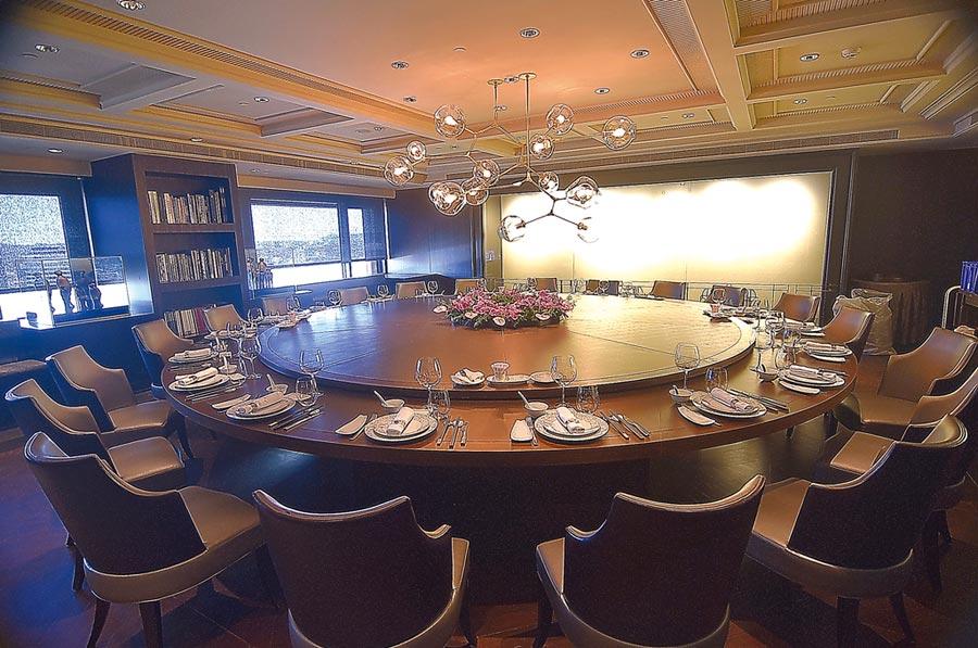 漢來美食集團搶進台北信義區在國貿大樓34樓開設「世貿名人坊」,最大的包廂最多可接待30位客人同桌用餐。圖/姚舜