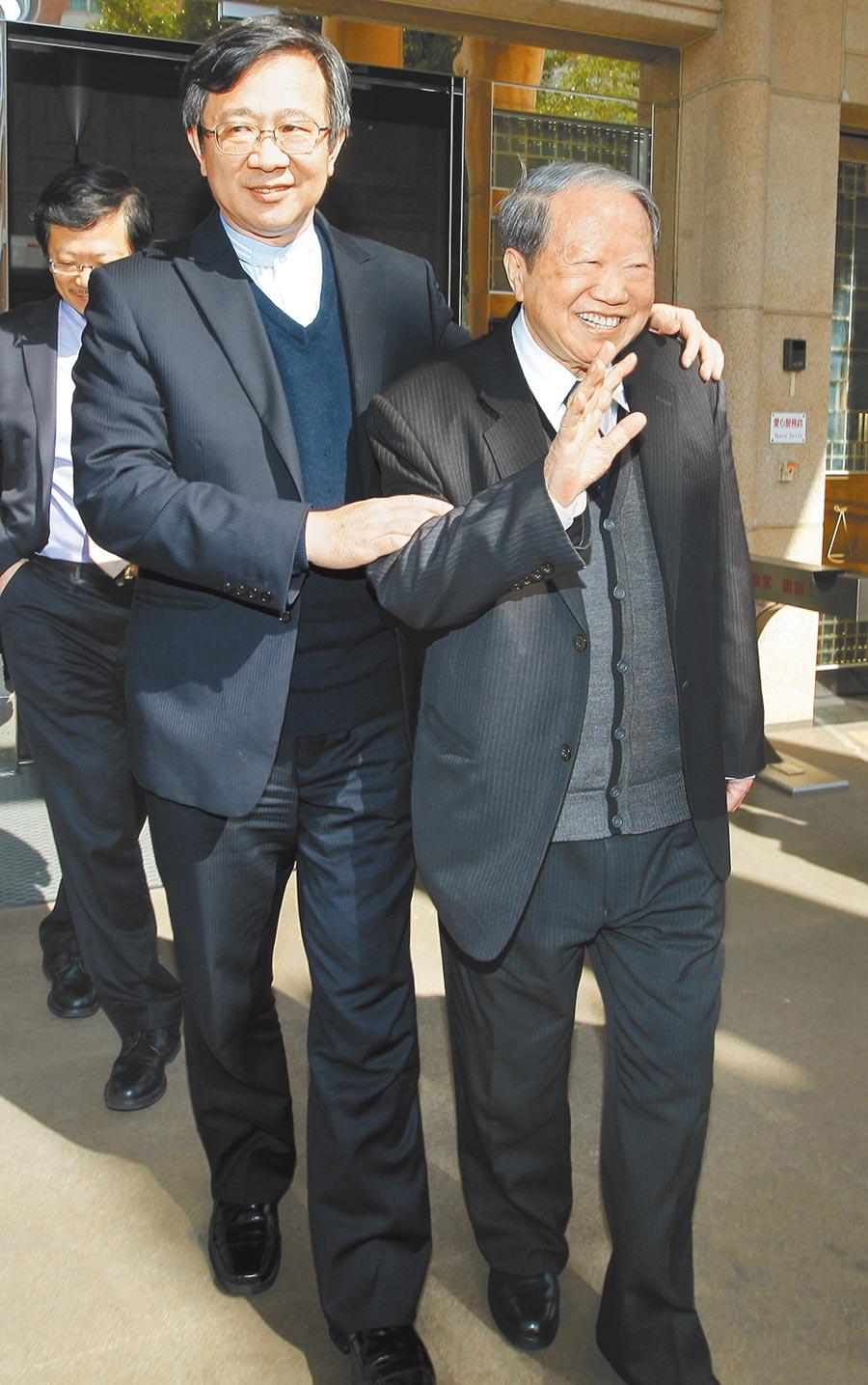 2012年1月17日,台灣高等法院審理太平洋集團章民強(右)要求返還太流公司股票案17日更一審宣判,高院合議庭認定李恆隆持有的SOGO股票是太百出資擁有,他與兒子章啟明(左)聆聽判決後強調並沒有輸,只是還有爭議點要查清楚再上訴。(本報資料照片)