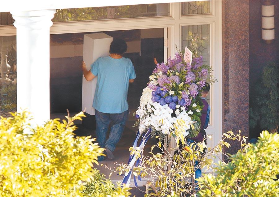 前總統李登輝病逝後,位於翠山莊的宅邸31日幾乎整日大門緊閉,傍晚花店送花籃時大門才短暫打開。(姚志平攝)