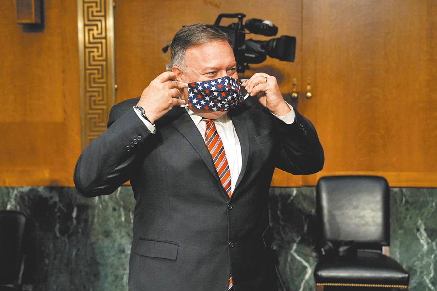 美國國務卿蓬佩奧7月30日出席國會參議院外交委員會,就國務院2021年預算舉行的聽證會後,戴上口罩。(路透)