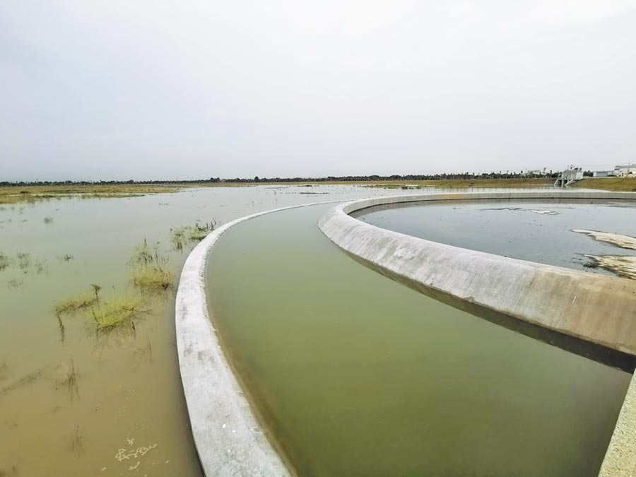 台南安順寮滯洪池面積約33.5公頃,排水由箱涵流入後先經前池、環狀溢流堰,再流到滯洪區。(劉秀芬攝)