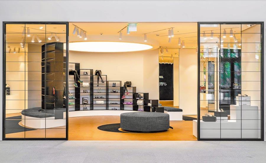 香奈兒鞋履限時專賣店正面入口,展示架如同鞋盒陳列。(CHANEL提供)