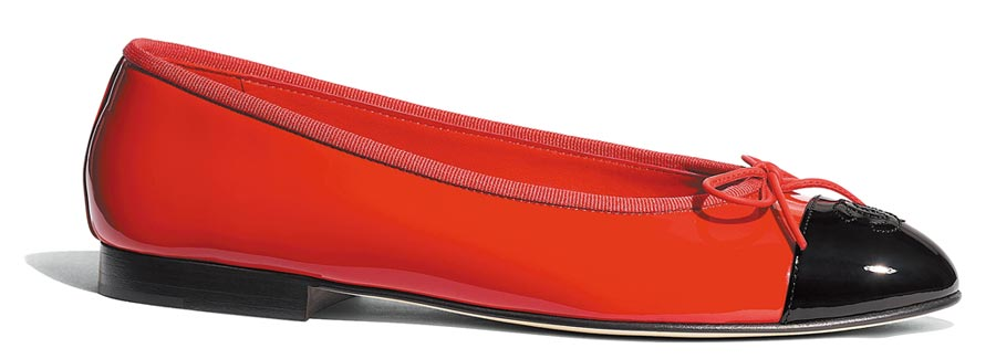 度假系列紅色漆皮雙色芭蕾舞鞋,2萬1600元。(CHANEL提供)