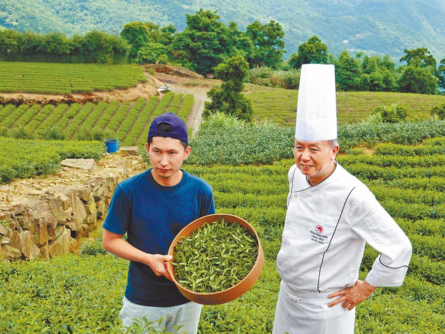 台北凱撒Checkers餐廳主廚高志華(右)踏訪坪林茶鄉產地,左為「白青長茶作坊」經營人之一白俊育。(台北凱撒大飯店提供)