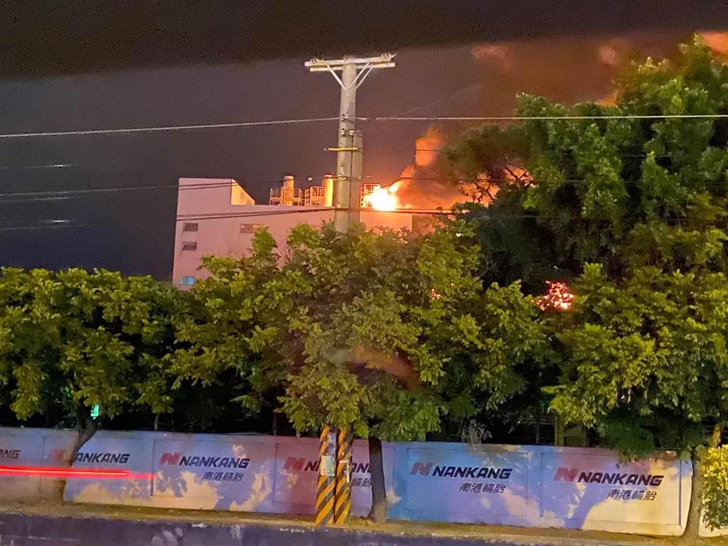 南港輪胎新竹新豐廠深夜大火,附近民眾拍下烈焰衝天景象。(照片來源:臉書社團《新竹大小事》)