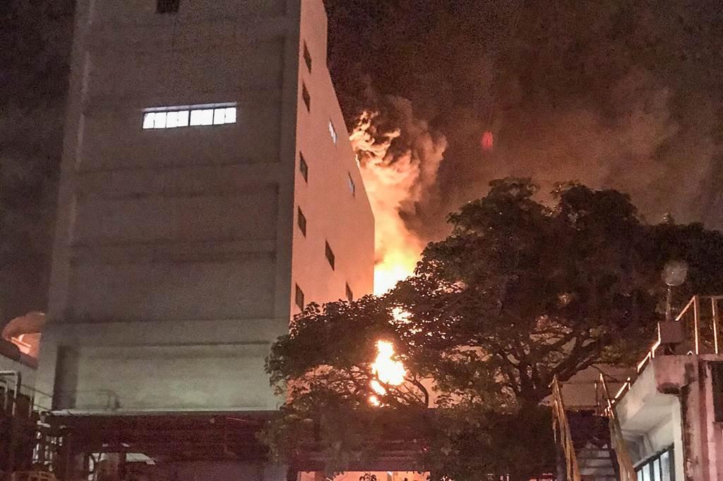 新豐南港輪胎廠發生火警,火勢在今天凌晨1時撲滅,幸未有人員傷亡。(消防局提供/羅浚濱新竹傳真)