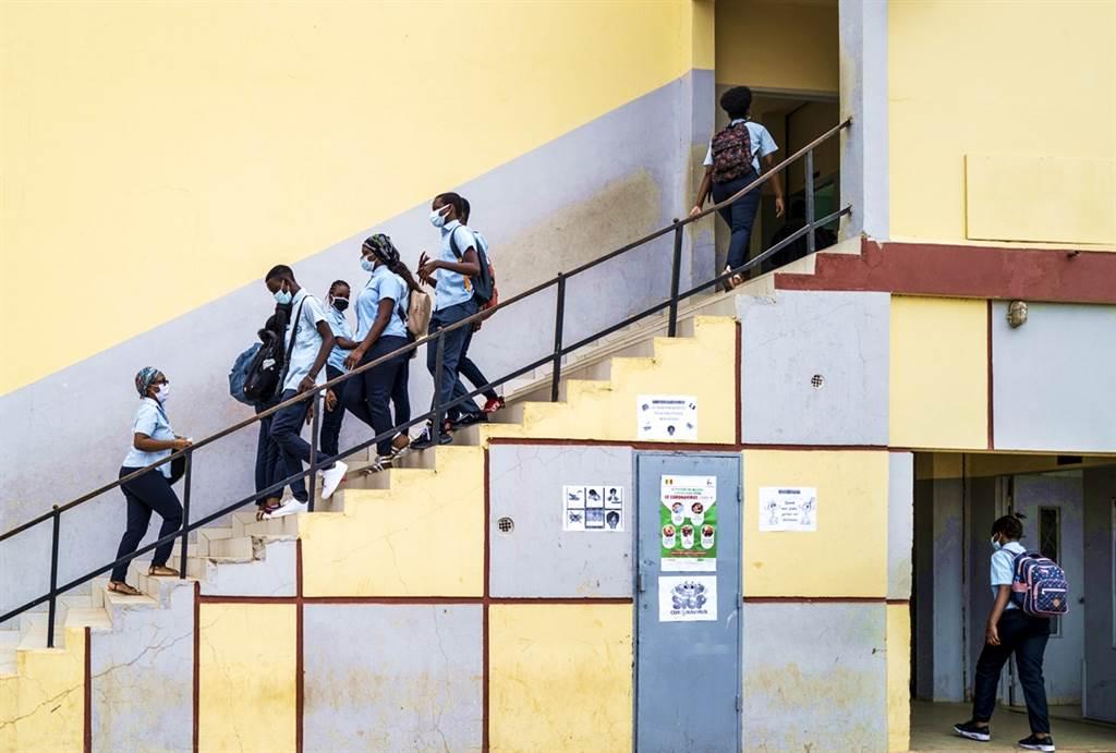 美國部分學區近期相繼打開大門讓師生返校上課,不過現在傳出,有中學開學第一天就傳出學生感染新冠肺炎,迫使校方在開學幾小時就祭出隔離措施。(資料照/美聯社)