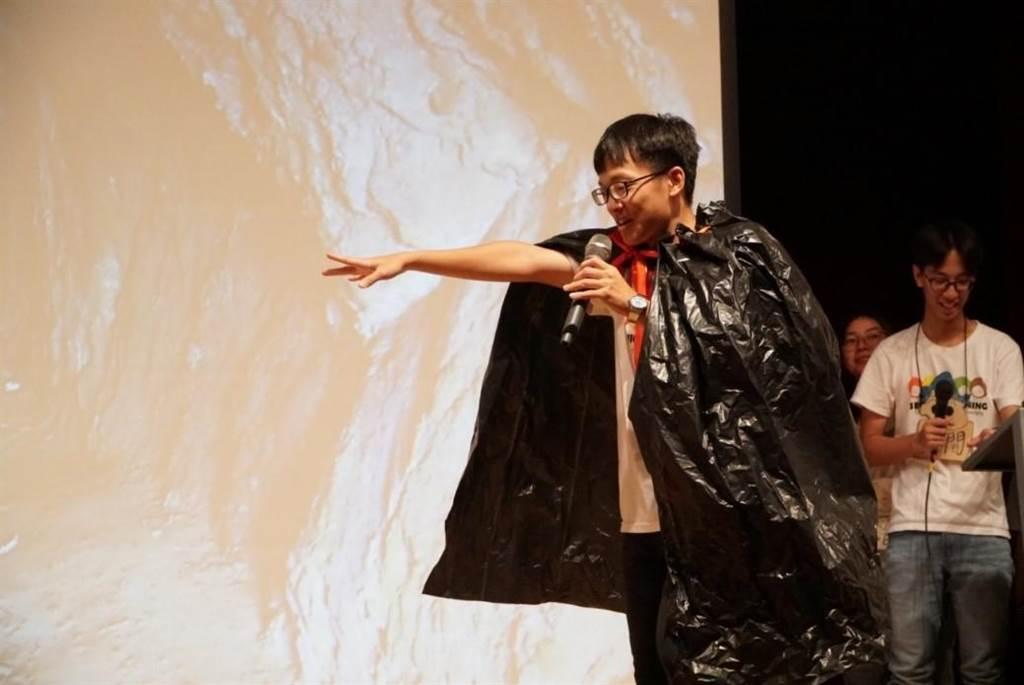 桃連志工辦營隊協助跨國轉銜生圖說  志工們透過話劇表演讓跨國轉銜生認識環保。(教育部提供/林志成台北傳真)