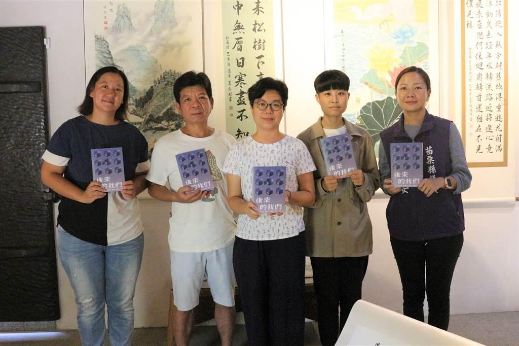 台灣廢死聯盟《後來的我們》藝術展第2站來到苗栗苑裡,用藝術讓社會大眾反思死刑與生命的意義,曾含冤蹲14年苦牢的前死囚鄭性澤(左二)參與開展,並展出1幅山水國畫。(巫靜婷攝)