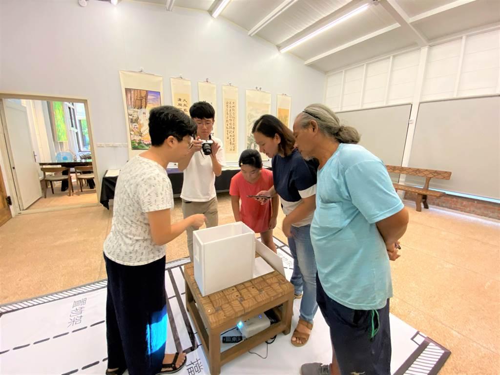 台灣廢死聯盟《後來的我們》藝術展,模擬監所1.368坪空間,並投影出受刑人與聯盟間的書信。(巫靜婷攝)