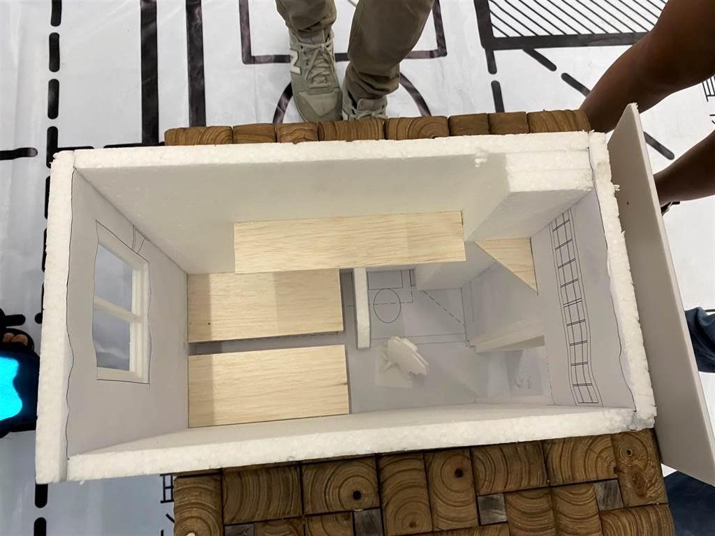 台灣廢死聯盟《後來的我們》藝術展,展示1.368坪監所空間模型,讓民眾一探究竟。(巫靜婷攝)