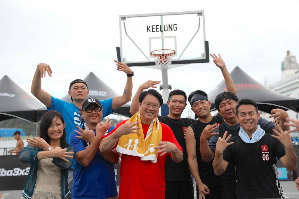 基隆市長林右昌親自下場體驗3X3籃球樂趣。(FOOTER基隆3X3提供)