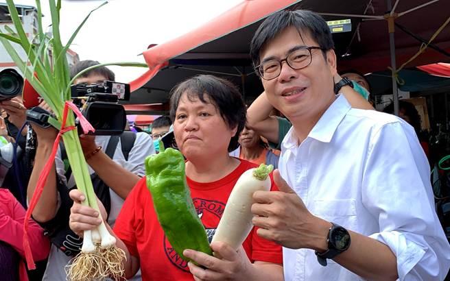 高雄市长补选民进党候选人陈其迈(右)今到市场扫街,民眾送上民眾送上菜头等预祝当选。(柯宗纬摄)