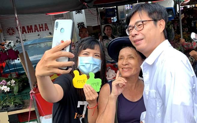 高雄市长补选民进党候选人陈其迈(右)今到市场扫街,与民眾大玩自拍。(柯宗纬摄)