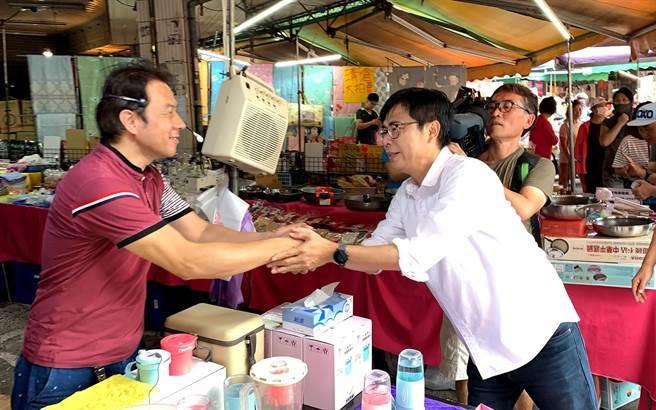 高雄市长补选民进党候选人陈其迈(右)今到市场扫街,紧握每一双手,争取支持。(柯宗纬摄)