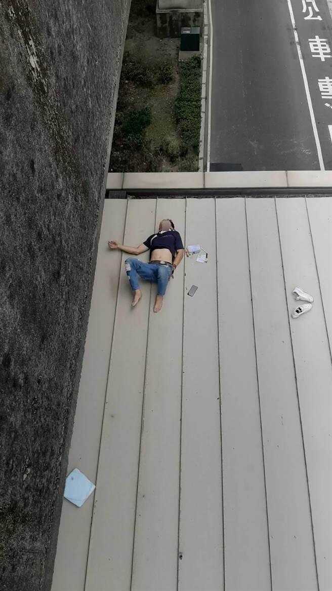 驚魂!男子高架自撞後 竟從5米橋上自行跳落新莊副都心捷運站(翻攝照片/戴上容新北傳真)
