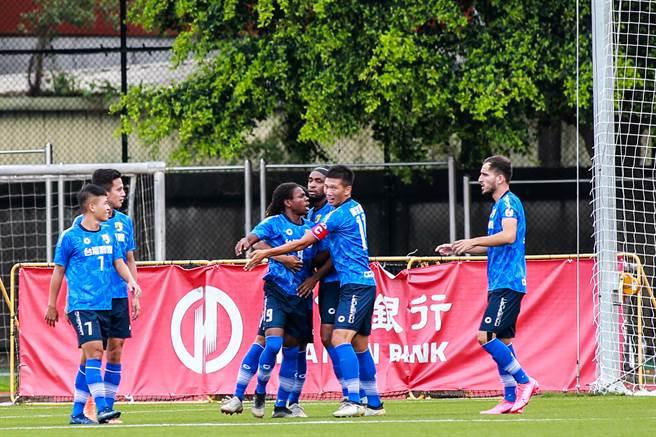 台湾钢铁班奇(中左)开赛2分钟就进球。(中华足协提供)