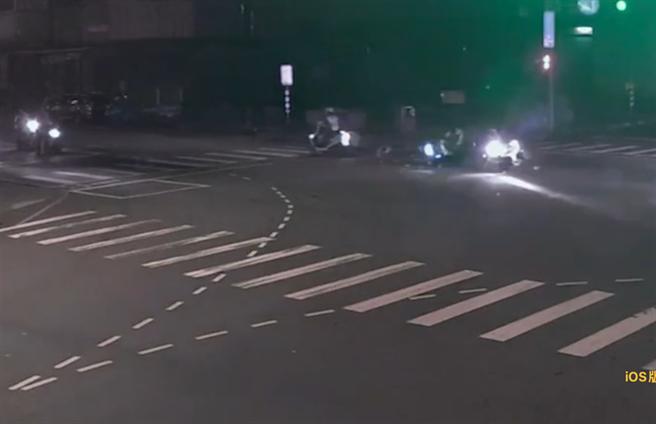 警方在路口遭無照少年撞上。(翻攝畫面/許哲瑗新北傳真)