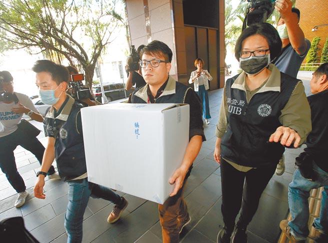 台北地檢署偵辦立委涉嫌收千萬賄款介入SOGO經營權之爭、土地變更案,檢調人員1日將相關物證送往北檢。(趙雙傑攝)