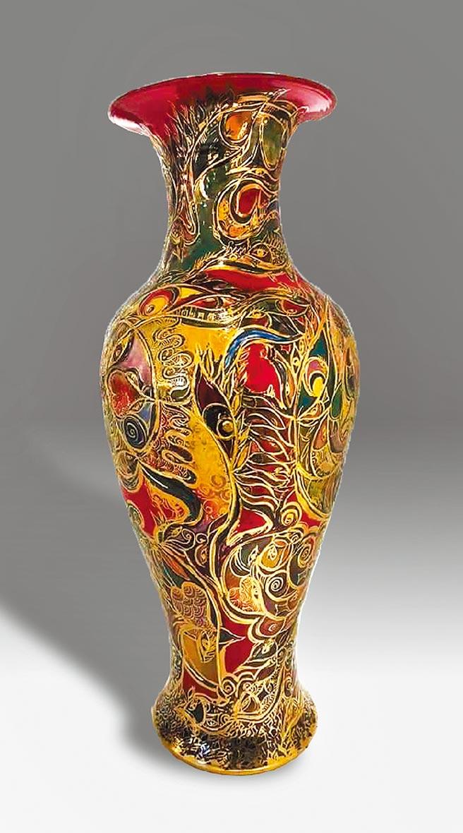 江漢清,《金碧輝煌》,白瓷造型瓶,162×88cm。圖片提供/臺灣美術協會