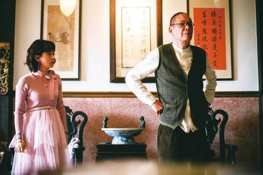 在新戲《老姑婆的古董老菜單》中,龍劭華演出痴情管家,還自行為這角色加了跛腳形象。(圖/華視提供)