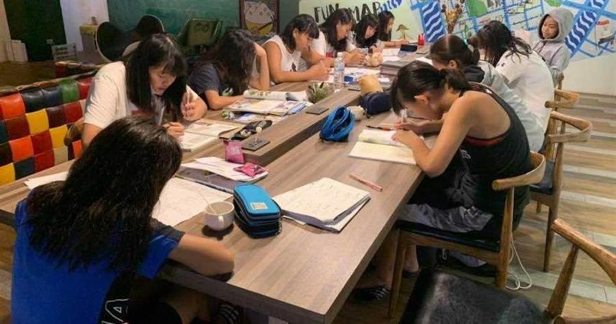 員山女籃球員孩子不僅球技一流,對學校課業也不放鬆,練完球的深夜依然努力完成功課。(圖/翻攝自員山女籃臉書)
